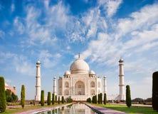 Taj Mahal på en solig dag med härlig himmel Arkivbild