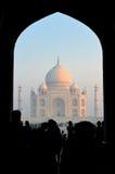 Taj Mahal przez bramy przy świtem, India Fotografia Stock