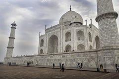 Taj Mahal Przyćmiewa wczesnych poranków turystów Zdjęcie Stock