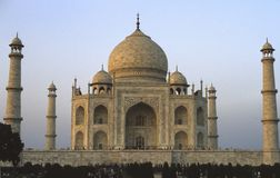 Taj Mahal que brilla intensamente en el amanecer Imágenes de archivo libres de regalías