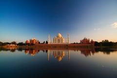 Taj Mahal reflété dans le fleuve image stock