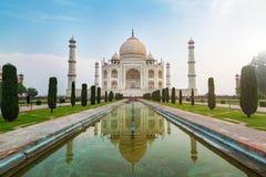 Taj Mahal reflekterade den främre sikten på reflexionspölen, envit marmormausoleum på den södra banken av den Yamuna floden i Ag royaltyfri bild
