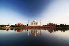 Taj Mahal reflektiert in Fluss a Lizenzfreie Stockfotos