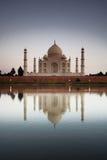 Taj Mahal reflektiert in Fluss a lizenzfreie stockfotografie