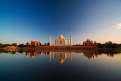 Taj Mahal reflektiert im Fluss Stockbild