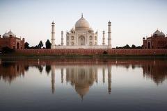 Taj Mahal refletido no rio a imagem de stock royalty free