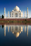 Taj Mahal refletido no rio a fotografia de stock royalty free