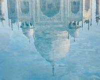Taj Mahal reflexion i vatten Arkivfoto
