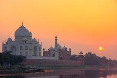 Taj Mahal s'est reflété en rivière de Yamuna au coucher du soleil à Âgrâ, Inde photos libres de droits