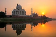 Taj Mahal s'est reflété en rivière de Yamuna au coucher du soleil à Âgrâ, Inde images stock