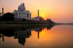 Taj Mahal s'est reflété en rivière de Yamuna au coucher du soleil à Âgrâ, Inde photographie stock libre de droits