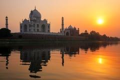 Taj Mahal s'est refl?t? en rivi?re de Yamuna au coucher du soleil ? ?gr?, Inde photos libres de droits