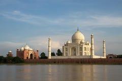 Taj Mahal sbalorditivo a Agra, Uttar Pradesh, India, come visto dall'altro lato del fiume Fotografie Stock Libere da Diritti