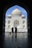 Taj Mahal a través de un arco 2 fotos de archivo
