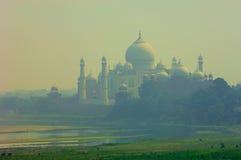 Taj Mahal vu a jeté la brume de la chaleur Images libres de droits
