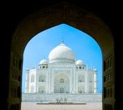Taj Mahal w India przez archway obrazy stock