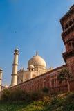 Taj Mahal w słońca świetle Wcześnie w ranku, tylny widok za ogrodzeniem od outside, rzeki strona Jeden najwięcej Zdjęcia Stock