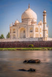 Taj Mahal y el río Foto de archivo