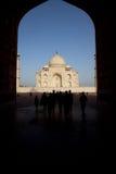 Taj Mahal y turistas dentro de la arcada fotografía de archivo