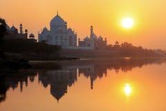 Taj Mahal in Yamuna-rivier bij zonsondergang in Agra, India wordt weerspiegeld dat stock fotografie
