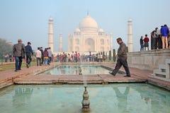 Taj Mahal z odwiedzać turystów Zdjęcie Royalty Free
