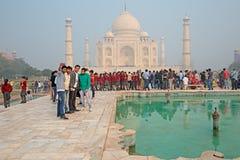 Taj Mahal z odwiedzać turystów Zdjęcia Royalty Free