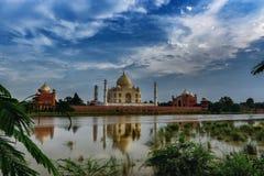 Taj Reflections auf dem Yamuna-Fluss stockfotos