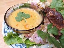 Tajada de cordero en cama de la ensalada con salsa Foto de archivo libre de regalías