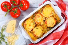 Tajadas de la carne acodadas con las verduras y el queso Foto de archivo libre de regalías