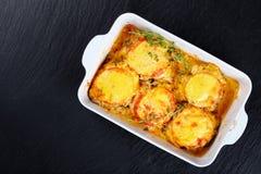 Tajadas de la carne acodadas con las verduras y el queso Fotografía de archivo libre de regalías