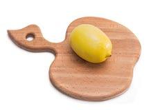 Tajadera de la cocina con el limón entero Foto de archivo libre de regalías