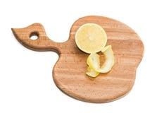 Tajadera de la cocina con la mitad del limón y de la cáscara secada Imagenes de archivo
