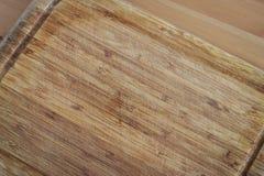 tajadera de madera en la tabla de madera imagenes de archivo