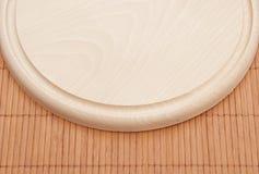 Tajadera en el placemat de bambú Fotos de archivo libres de regalías