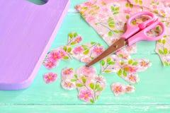 Tajadera pintada decorativa Corte los pedazos de servilletas Tijeras, fragmentos de la servilleta de las flores Imagen de archivo