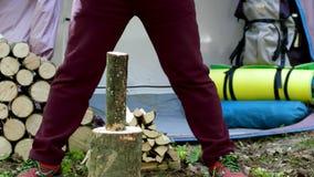Tajar la madera con un hacha metrajes
