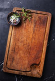 Tajar la tabla de cortar, condimentos y el romero fotos de archivo