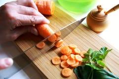 Tajar la zanahoria sin procesar Foto de archivo libre de regalías