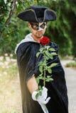 Tajemnica mężczyzna trzyma róży Zdjęcia Royalty Free