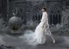 Tajemnica. Magiczna kobiety sylwetka w Starym Dymiącym kasztelu. Tajemniczy Antyczny Sceniczny Zdjęcie Stock