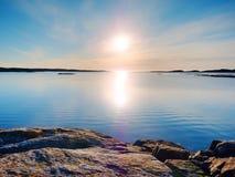 Tajemnicy świt Denny wschód słońca nad Denny wybrzeże, cichy poziom wody Jasny niebieskie niebo ja Zdjęcie Royalty Free