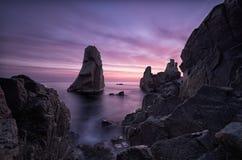 Tajemnicy świt Denny wschód słońca przy Czarnym Dennym wybrzeżem blisko Sozopol, Bułgaria Tajemnicy świt Morze i skały, seascape  Obrazy Royalty Free