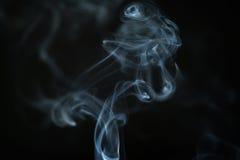 Tajemnicy błękita dym nad ciemnym tła zbliżeniem Obraz Royalty Free