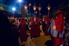 Tajemnicy i penitenci w wieczór korowodzie na Świętym Piątku Obrazy Royalty Free