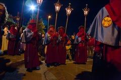 Tajemnicy i penitenci w wieczór korowodzie na Świętym Piątku Fotografia Stock