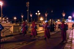 Tajemnicy i penitenci w wieczór korowodzie na Świętym Piątku Zdjęcia Stock