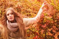 Tajemnicy kobieta przeciw jesiennym liściom plenerowym Obrazy Stock