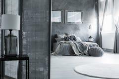 Tajemnicy sypialnia z klasyczną lampą Obraz Stock