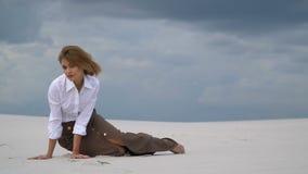 Tajemnicza blondynka siedzi w pustyni zbiory