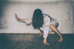 Tajemnicza kobieta, horroru straszna duch kobiety mienia lala scena zdjęcie royalty free